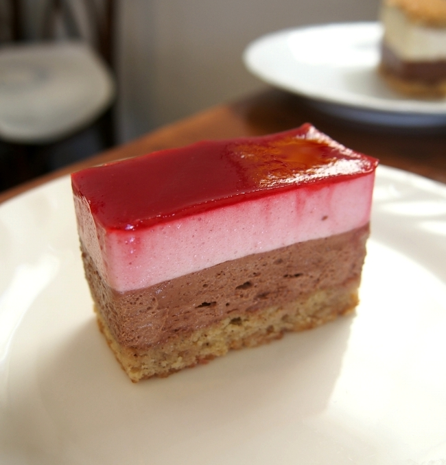 パリ・ブレスト 洋菓子店 木苺とチョコレートのケーキ