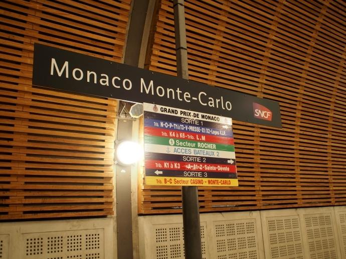 モナコ駅 看板