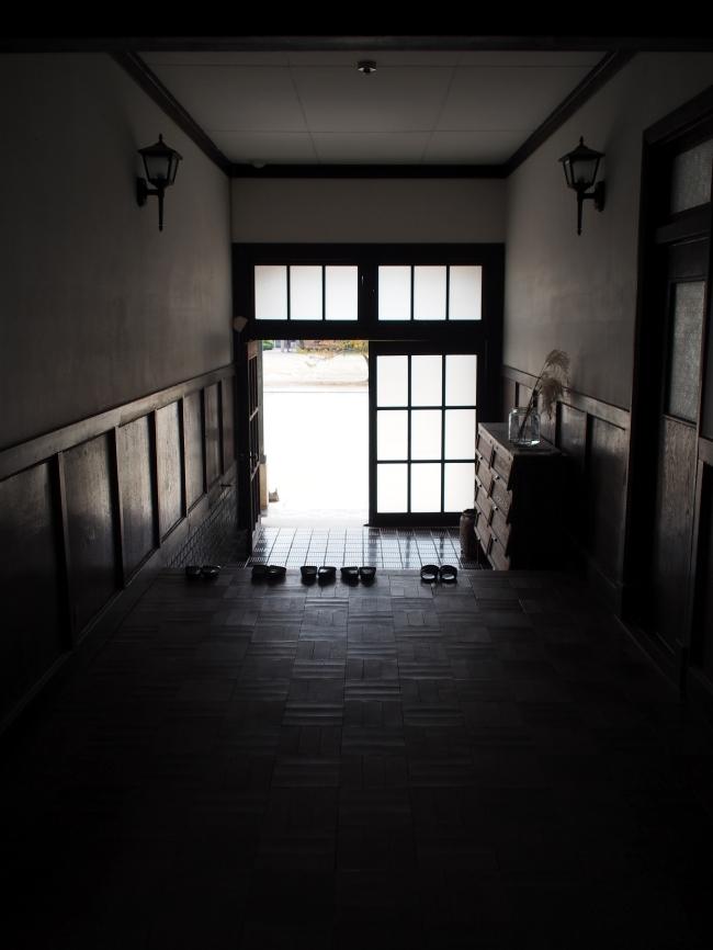 桐林館阿下喜美術室 正面入口内