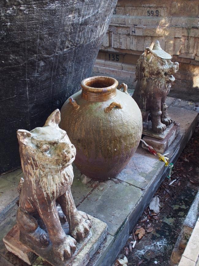 世界一の茶つぼの前の狛犬