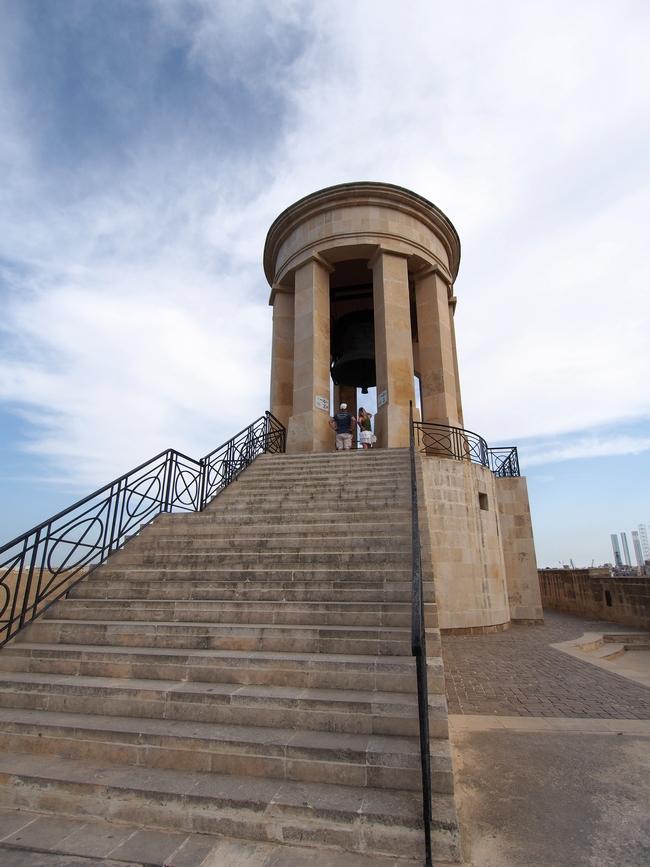 ヴァレッタ観光 Siege Bell War Memorial