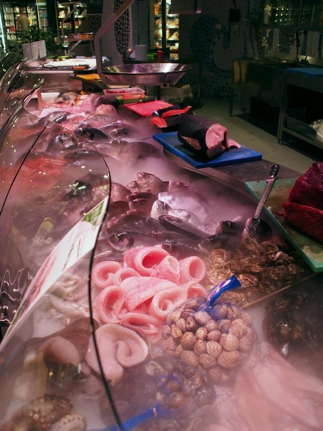 スーパーマーケットの魚売り場