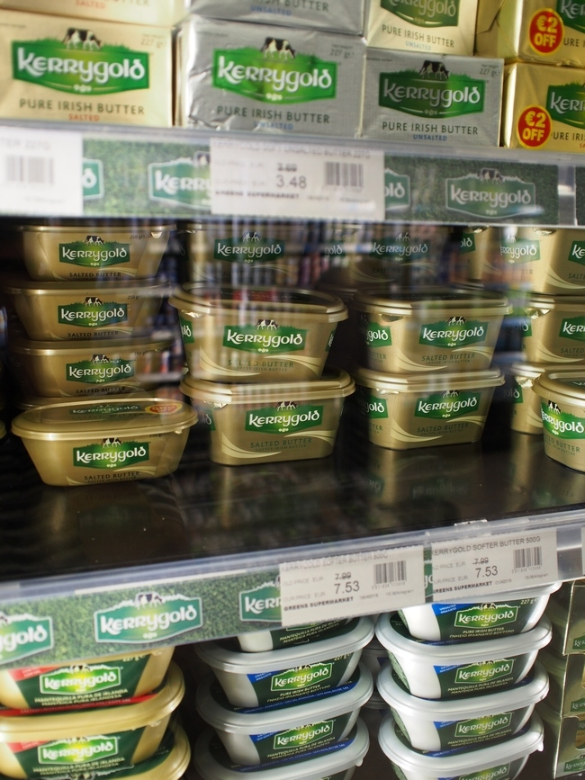 スーパーマーケットのバター売り場