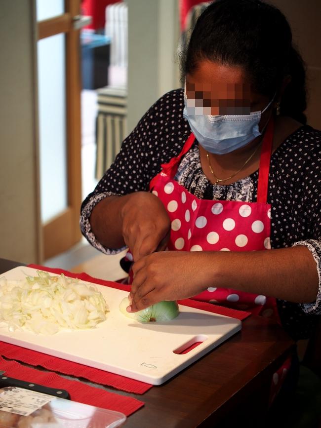 インド人女性が作るカレー たまねぎカット