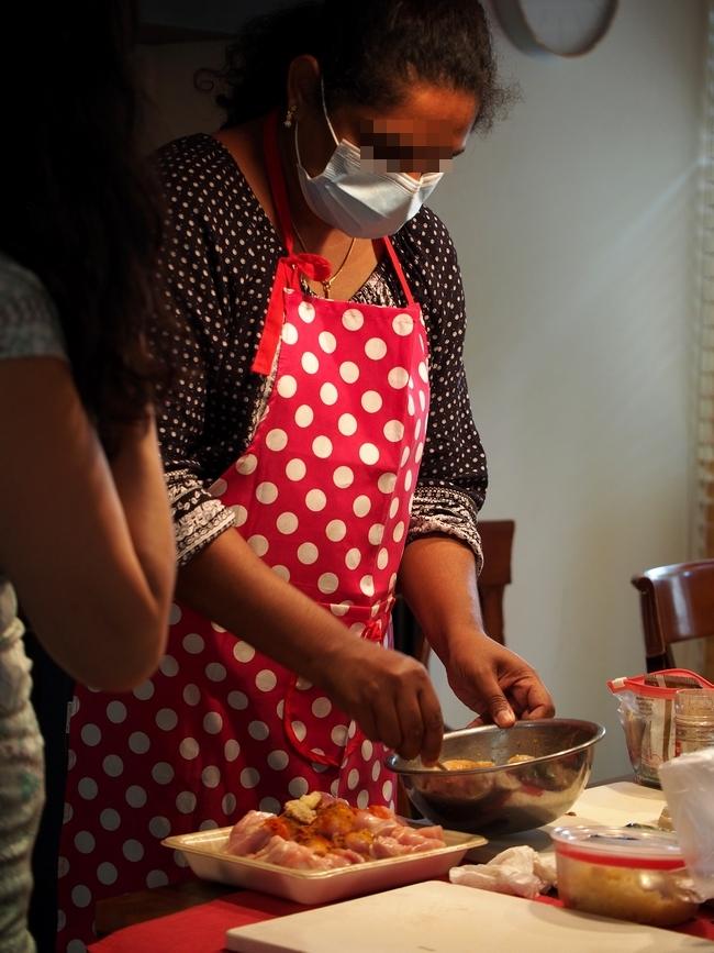 インド人女性が作るカレー 海老とスパイスなど合わせ中