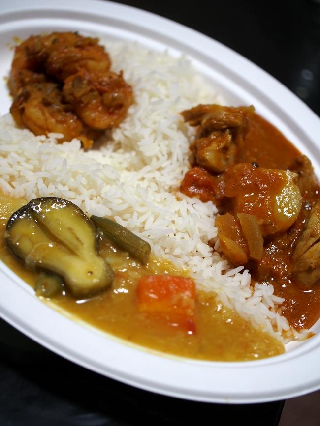 インド人女性が作るカレー3種 皿に盛り付け