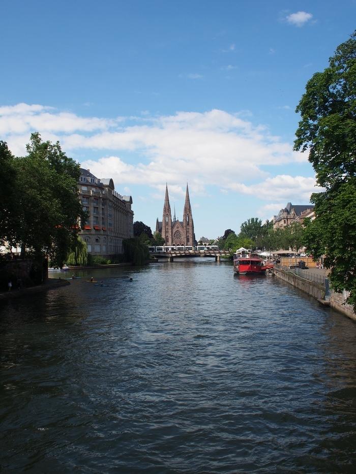 イル川と「Église Saint-Paul de Strasbourg」